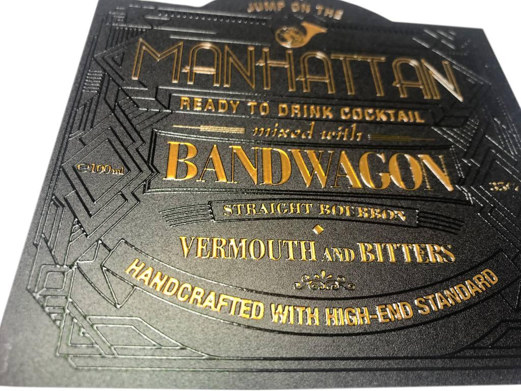 etiqueta con barniz en relieve y material dorado
